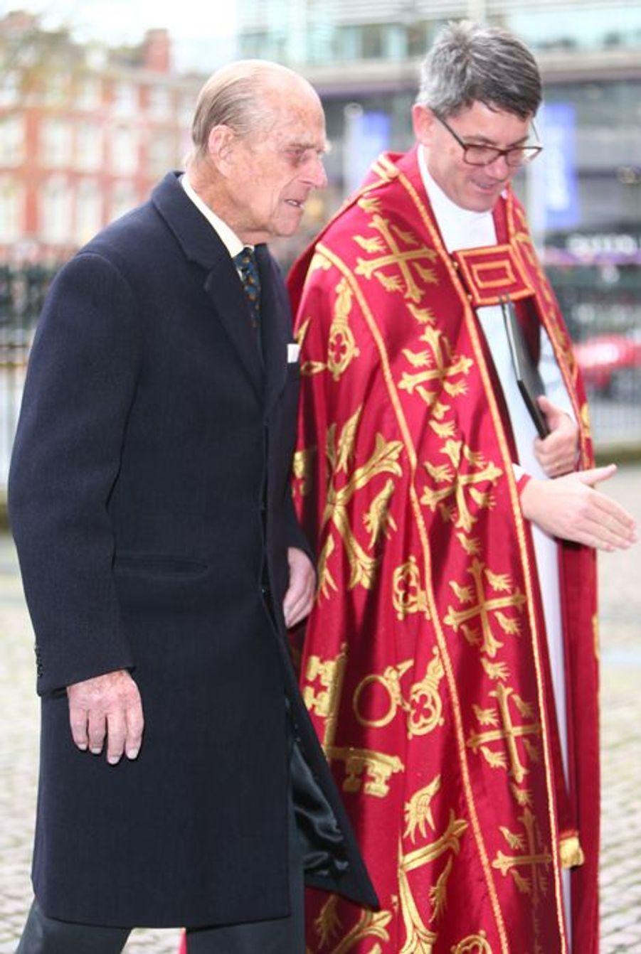 Le prince Philip arrive à l'abbaye de Westminster, le 24 novembre 2015