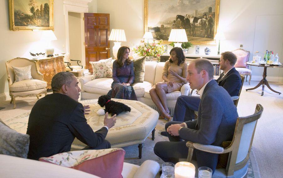 Barack Obama et Michelle dînent à Kensington palace avec le prince Harry, le prince William et Kate, en avril 2016.