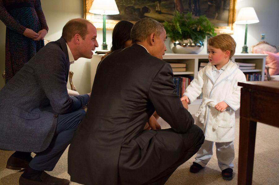 Barack Obama et Michelle rencontrent le prince George à Kensington palace, lors d'un dîner avec le prince Harry, le prince William et Kate en avri...