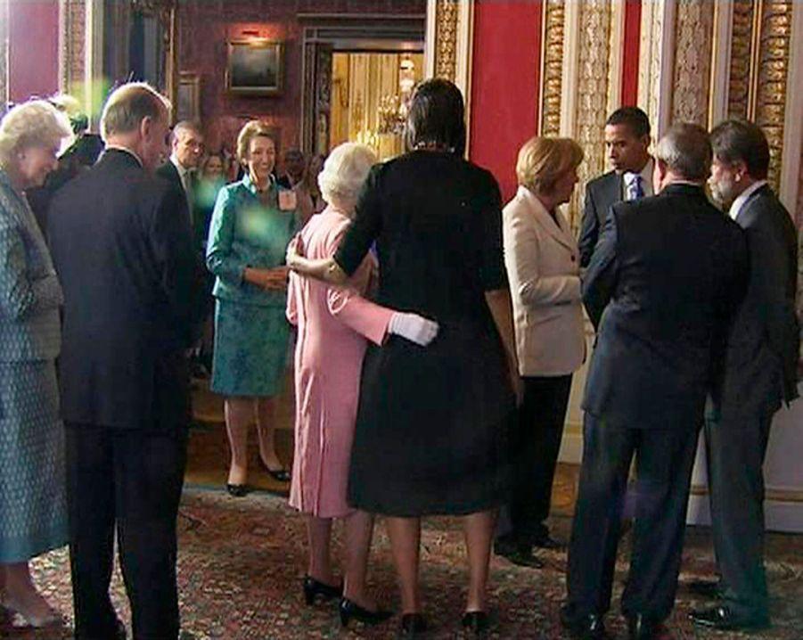 Michelle Obama bras dessus, bras dessous avec la reine Elizabeth II à Buckingham en avril 2009.