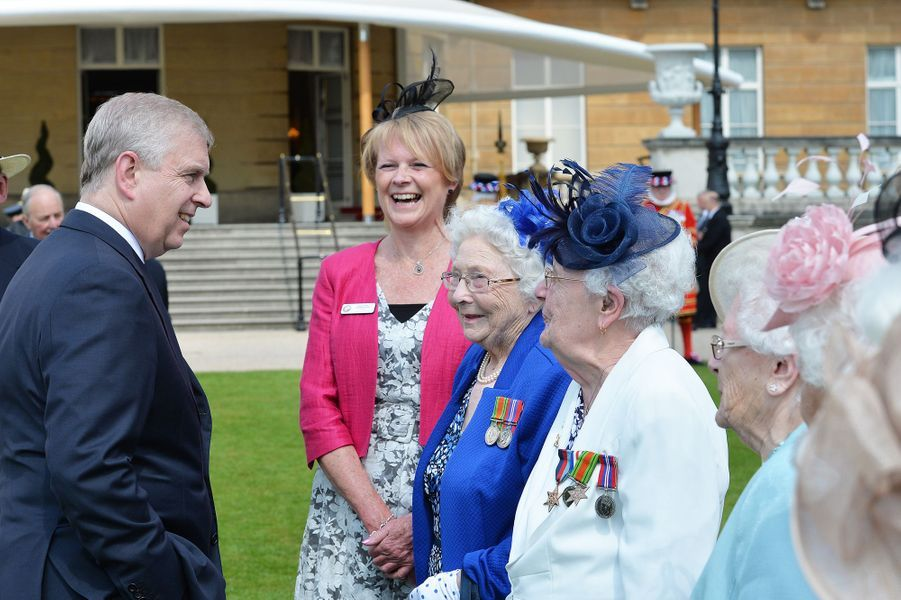 Le prince Andrew dans les jardins de Buckingham Palace, le 26 mai 2016