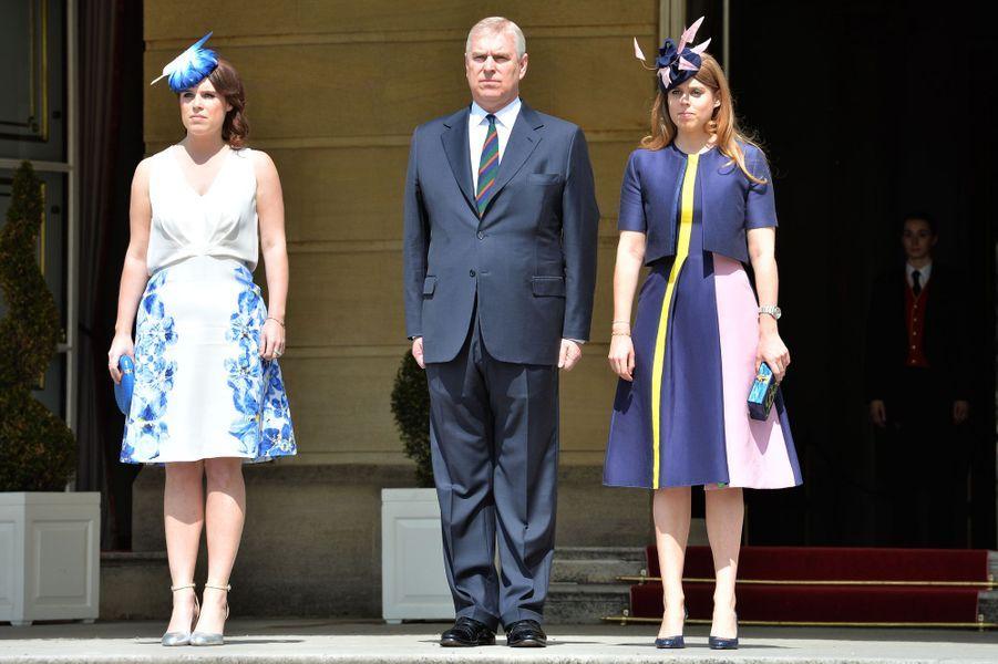 Les princesses Eugenie et Beatrice d'York avec le prince Andrew dans les jardins de Buckingham Palace, le 26 mai 2016
