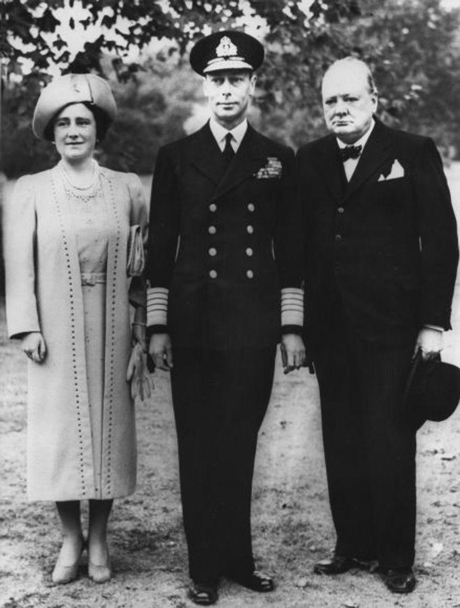 George VI est bien sûr à jamais associé à Winston Churchill et leur combat commun pendant la seconde guerre mondiale contre la barbarie nazie.