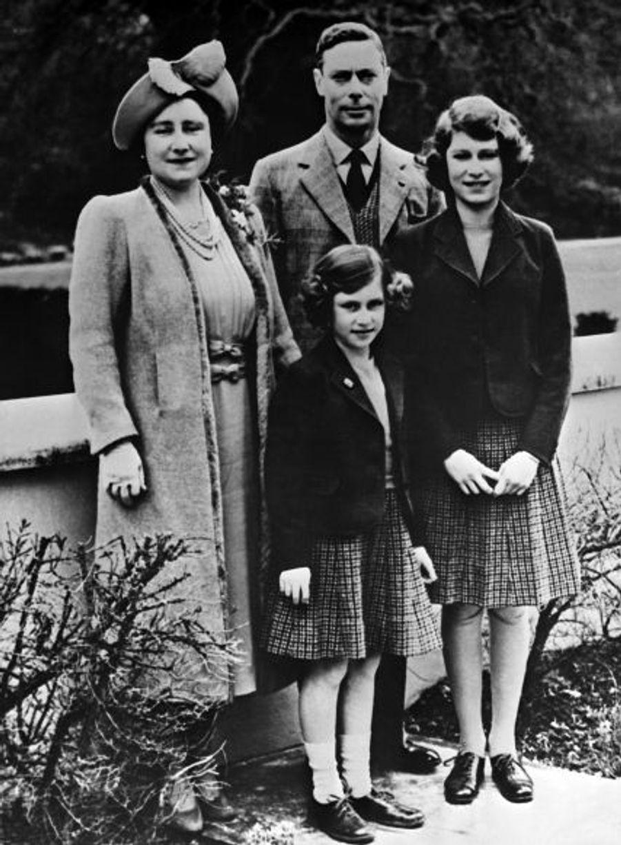 Le Roi George VI et la Reine Elizabeth auront deux enfants, deux filles. La Princesse Elizabeth, née en 1926, qui deviendra Elisabeth II, reine d'Angleterre et chef du Commonwealth en 1952 et la Princesse Margaret, née en 1930 et décédée en 2002.