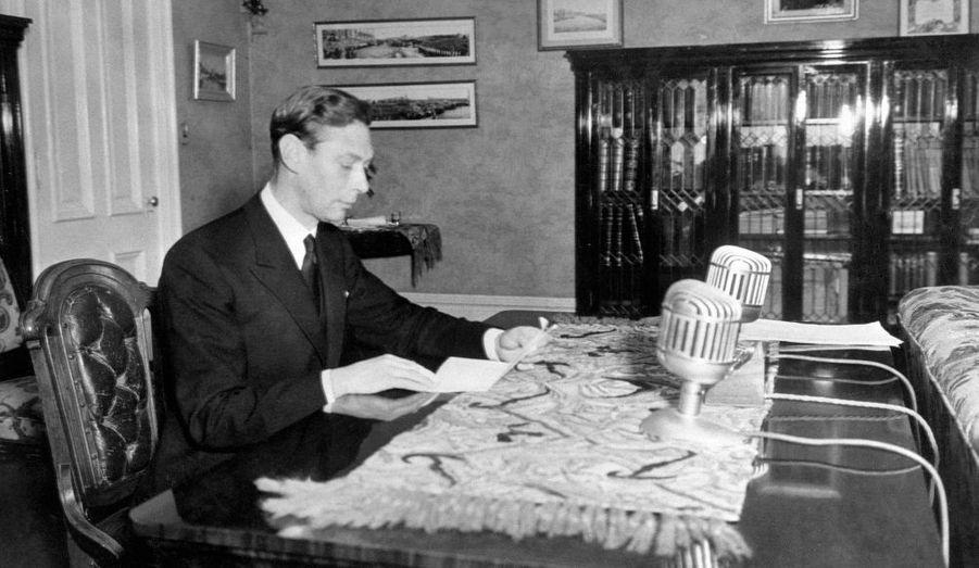 Grâce à Lionel Logue, George VI, qui souffrait de graves problèmes d'élocution, a pu corriger son bégaiement. Le Discours d'un roi de Tom Hooper rend hommage à l'amitié profonde qui liait le souverain à son orthophoniste australien. Cette photo a été prise le 24 mai 1939, à Winnipeg, au Canada.