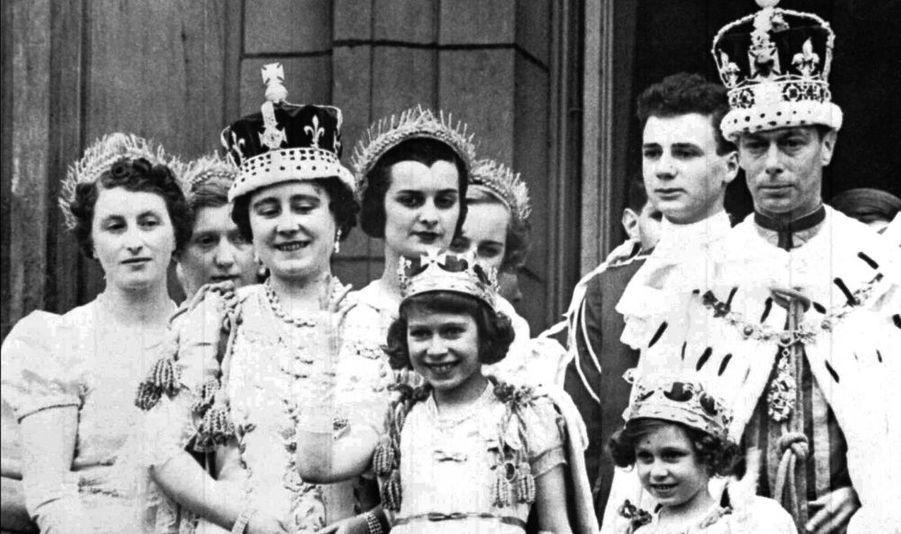 """Le 12 mai 1937, après son couronnement, George VI se présente au balcon de Buckingham Palace, avec la reine Elisabeth et leurs enfants. """"Bertie"""" a succédé à son frère aîné, Edouard VIII, qui a préféré sa maîtresse, Wallis Simpson au responsabilité du trône."""