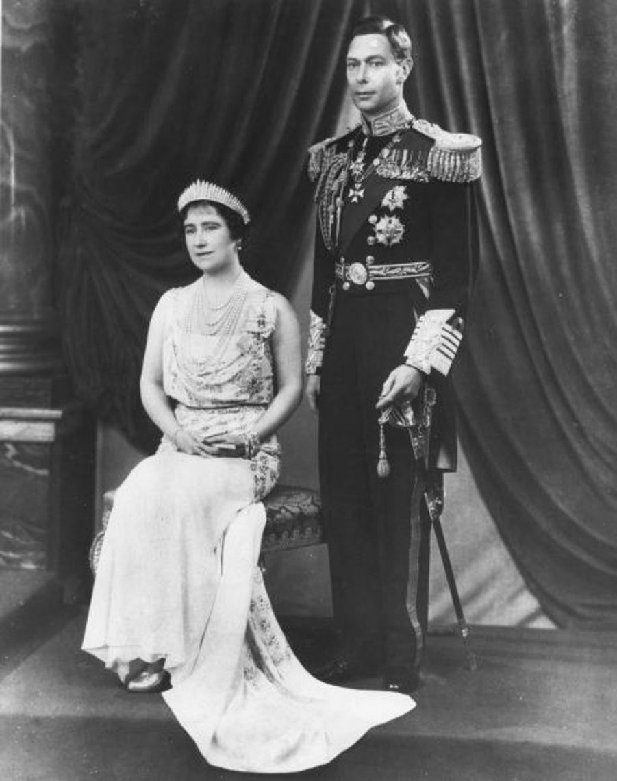 """Neuvième d'une famille de dix, petite boulotte toujours célibataire à 23 ans, Lady Elisabeth a pourtant hésité à accepter la demande en mariage de """"Bertie"""". Ils ont ensuite formé un couple uni, dans leur résidence de Londres, le 145 Piccadilly."""