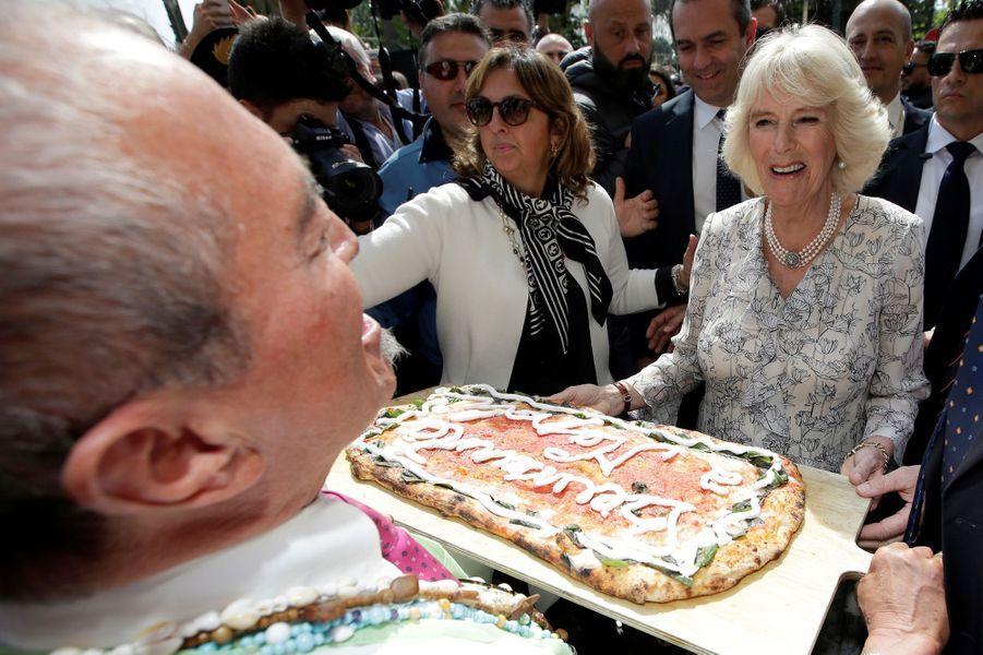 """La duchesse de Cornouailles Camilla et sa pizza """"Bienvenue"""" à Naples, le 1er avril 2017"""