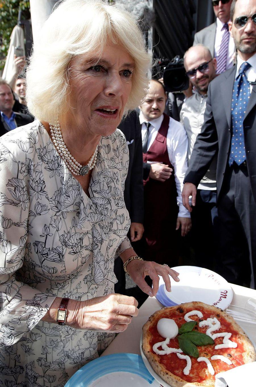 La duchesse de Cornouailles Camilla et la pizza à son nom à Naples, le 1er avril 2017