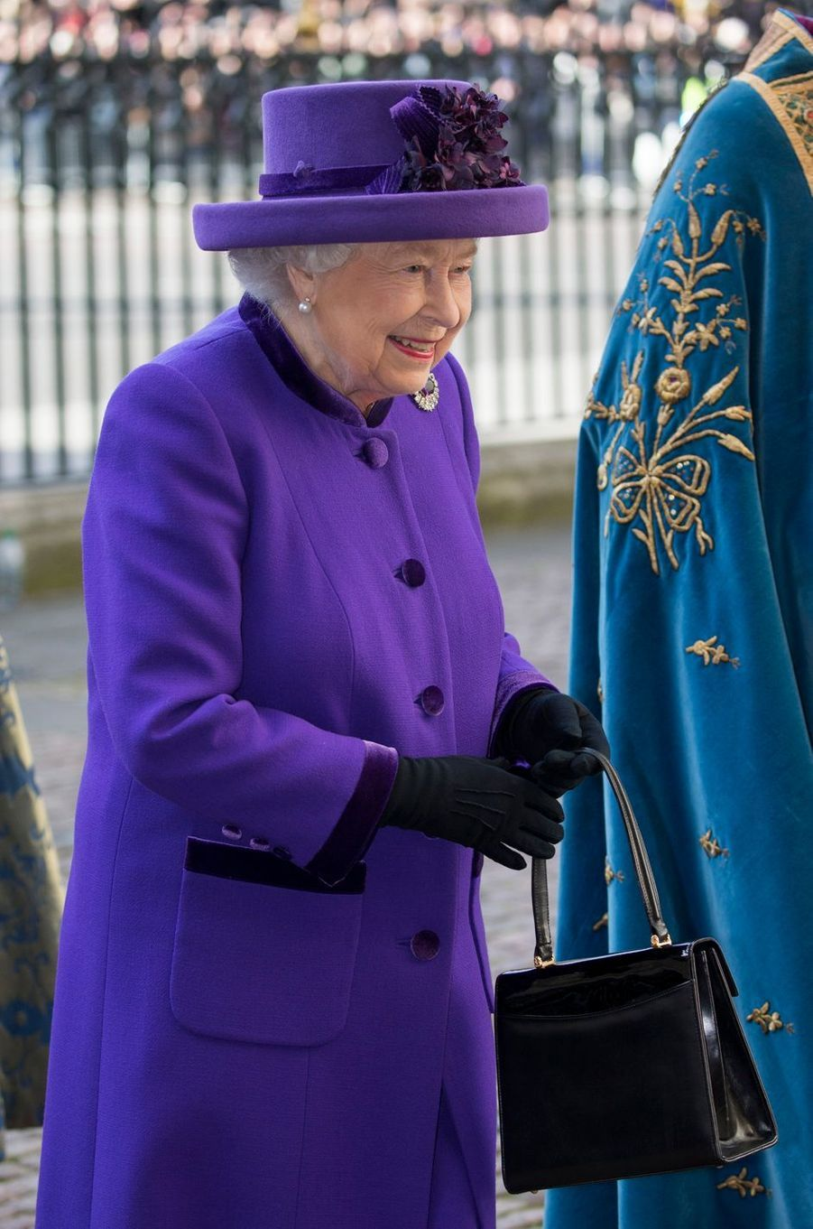 La reine Elizabeth II en total look violet à Londres, le 11 mars 2019