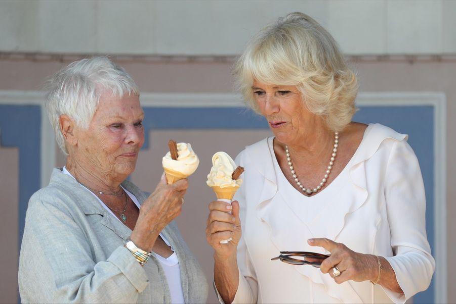 Camilla et Judi Dench font une pause crème glacée, lors de la visite dela duchesse des Cornouailles sur l'île de Wight mardi 24 juillet.