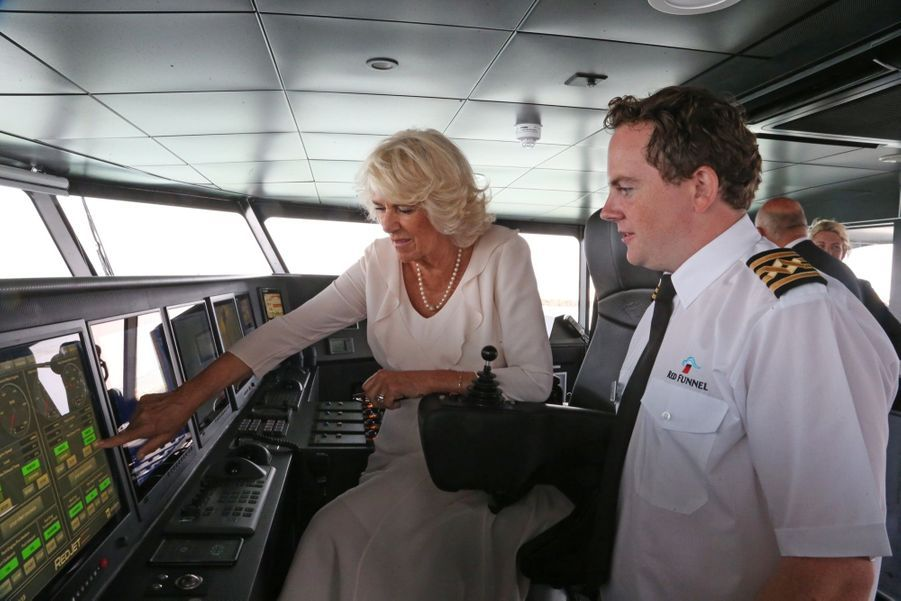 Camilla à bord du Red Jet 7, le nouveau navire à grand vitesse faisant la liaison entre la côte anglaise et le port de la ville de Cowes, sur l'île de Wight, mardi 24 juillet.