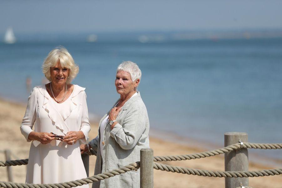 Camilla et Judi Dench visitent la plage privée de la Osborne House, la maison de vacances de la reine Victoria sur l'île de Wight, mardi 24 juillet.