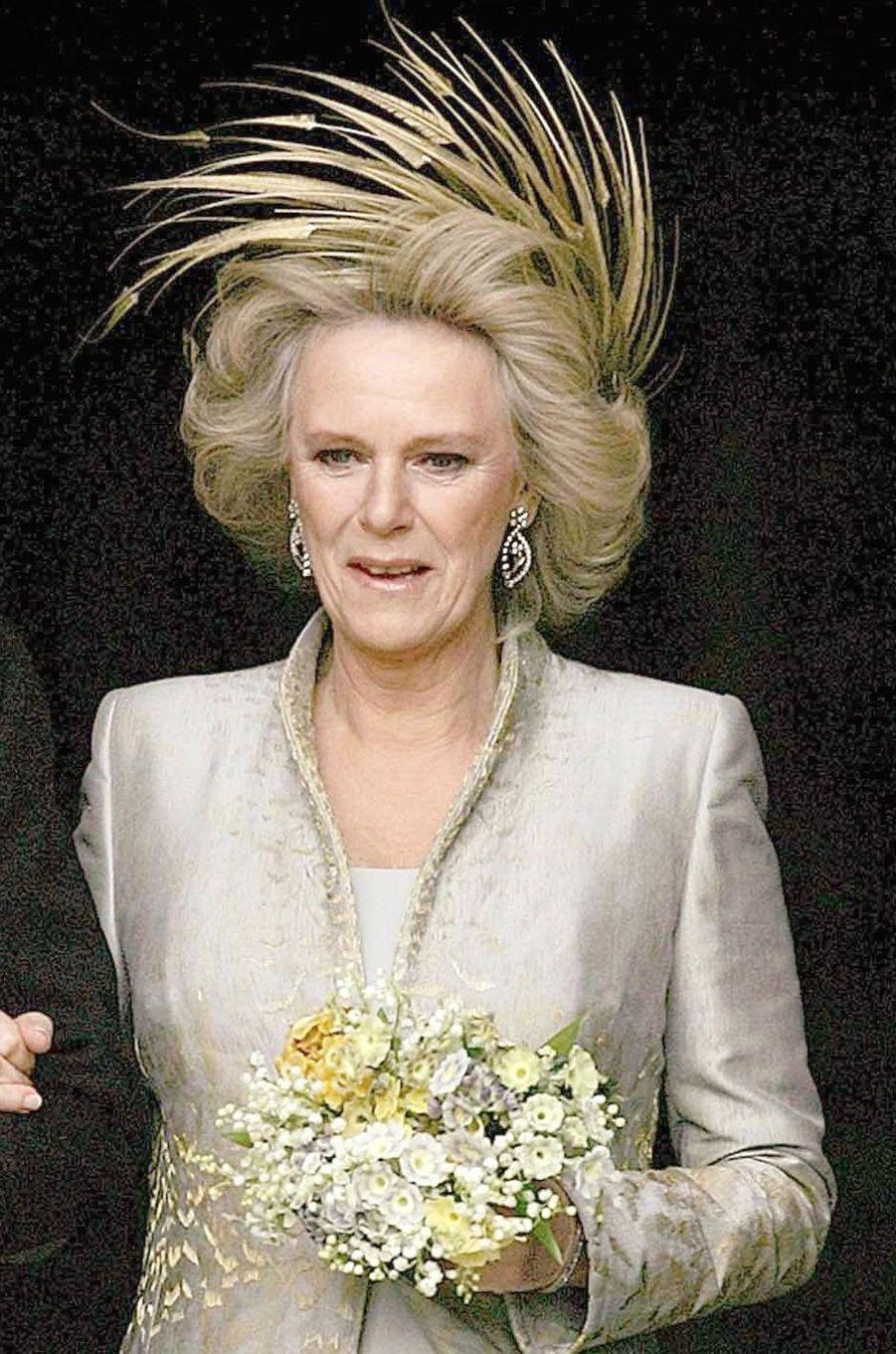 La coiffure de Camilla Parker Bowles pour la cérémonie religieuse de son mariage avec le prince Charles, le 9 avril 2005