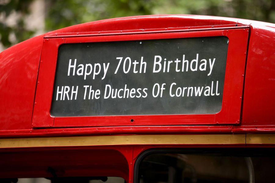Le message affiché sur l'autobus pour les 70 ans de la duchesse de Cornouailles Camilla à Londres, le 11 juillet 2017