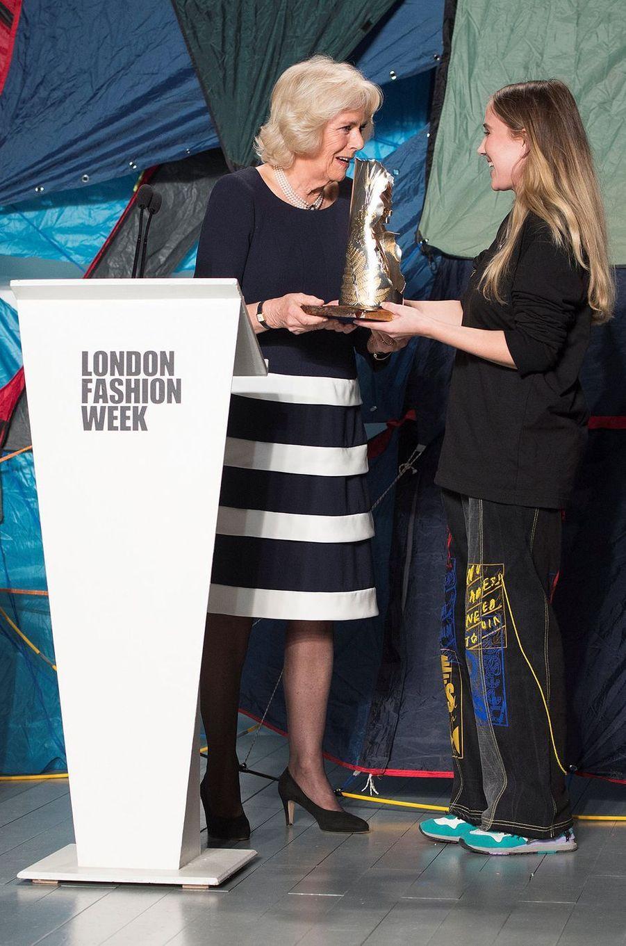 La duchesse de Cornouailles Camilla avec Bethany Williams à la Fashion Week à Londres, le 19 février 2019