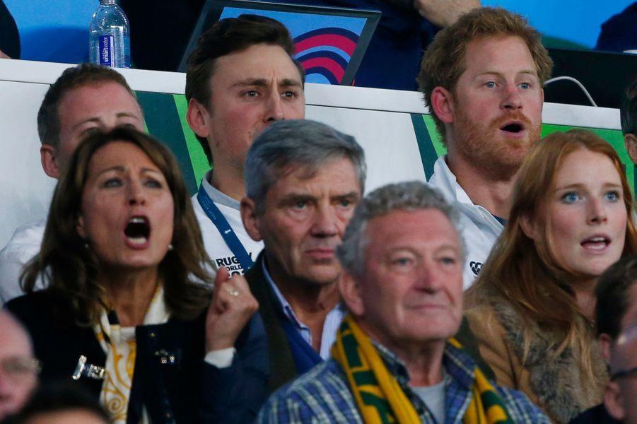 Carole et Michael Middleton avec le prince Harry au stade de Twickenham à Londres, le 3 octobre 2015