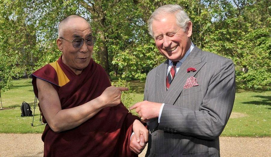 Accueillant le Dalaï-lama, puis Aung San Suu Kyi, Charles a une fois de plus montrait qu'il était un hôte plein d'humour...