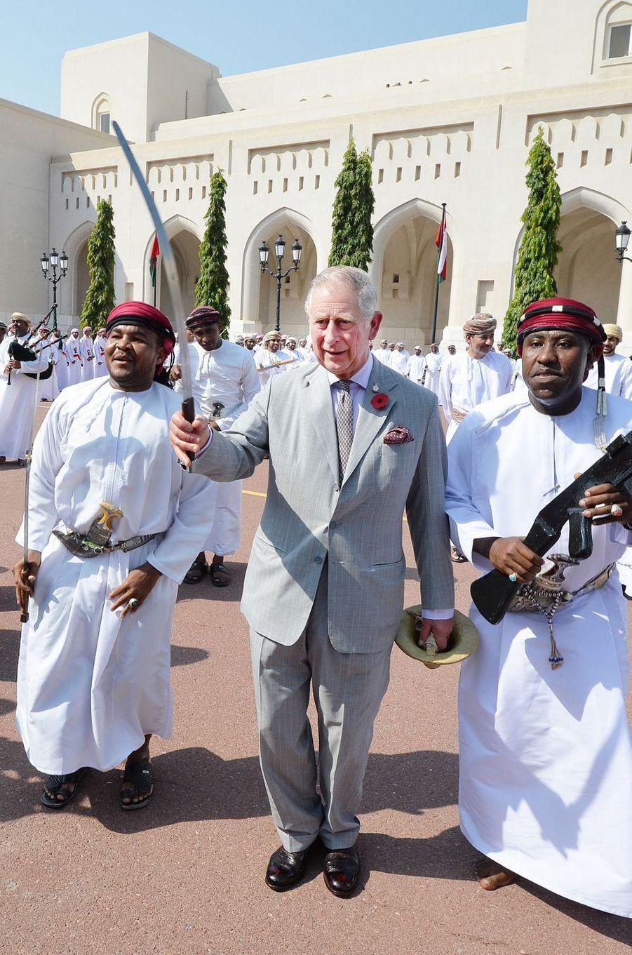 Le prince Charles s'initie à la danse du sabre au Sultanat d'Oman, le 5 novembre 2016