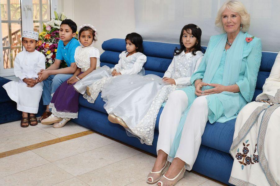 La duchesse de Cornouailles Camilla avec de petits malades à Mascate au Sultanat d'Oman, le 5 novembre 2016