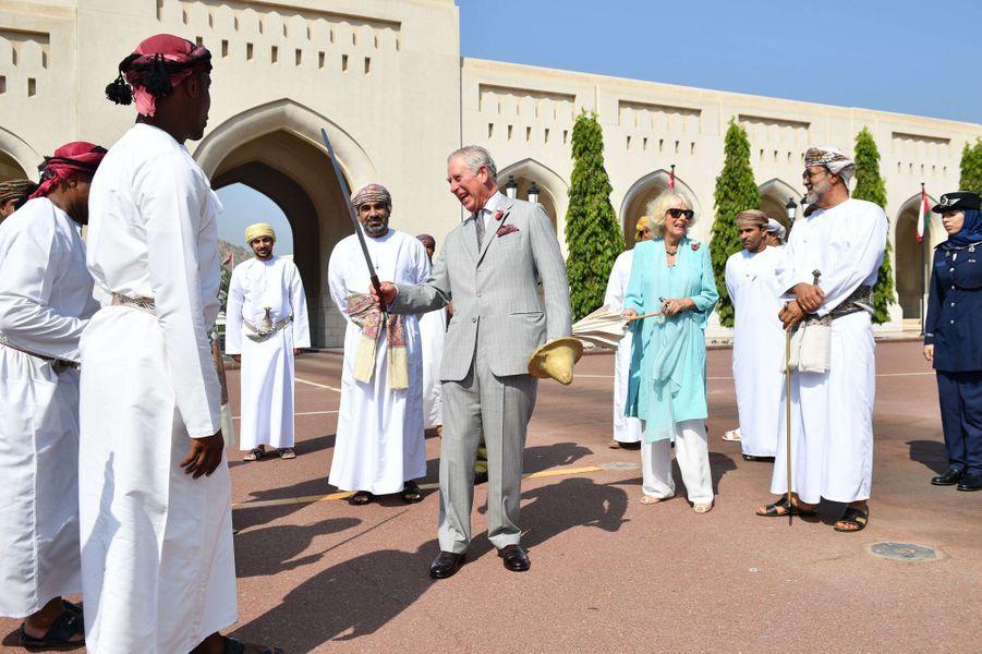 Le prince Charles s'initie à la danse du sabre à Mascate au Sultanat d'Oman, le 5 novembre 2016