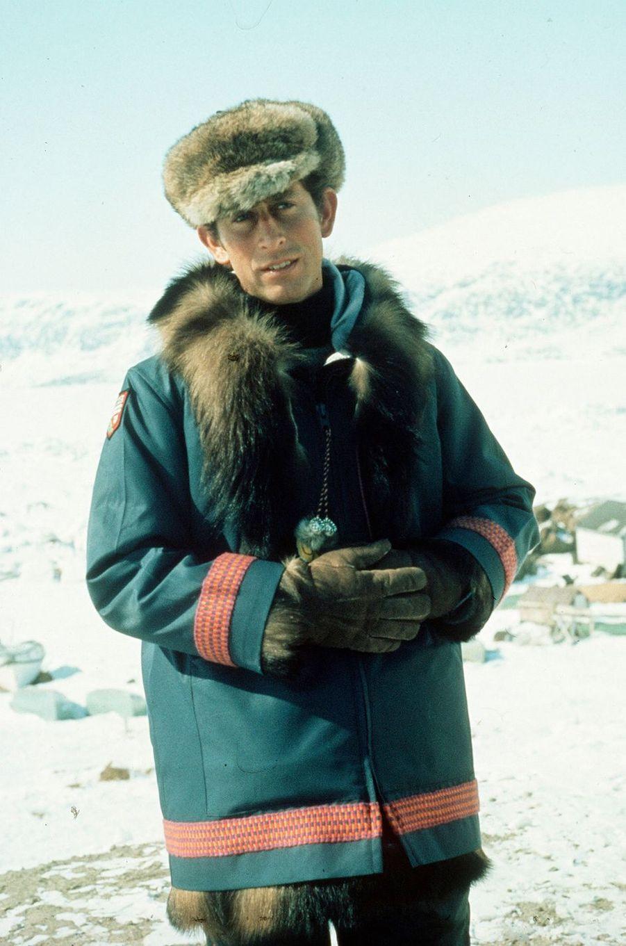 Le prince Charles dans les territoires du nord-ouest canadien, en avril 1975