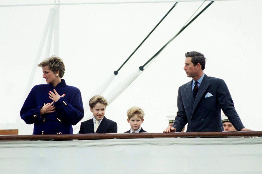Le prince Charles avec la princesse Diana et leurs fils les princes William et Harry à Toronto, le 27 octobre 1991