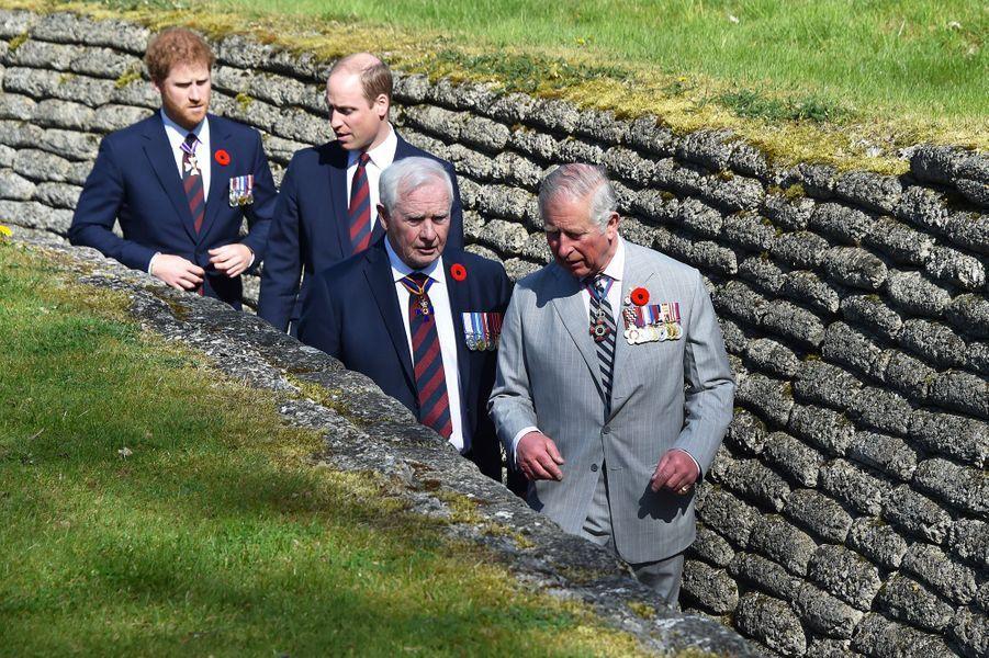Le princes Harry, William et Charles dans les tranchées de Vimy dimanche