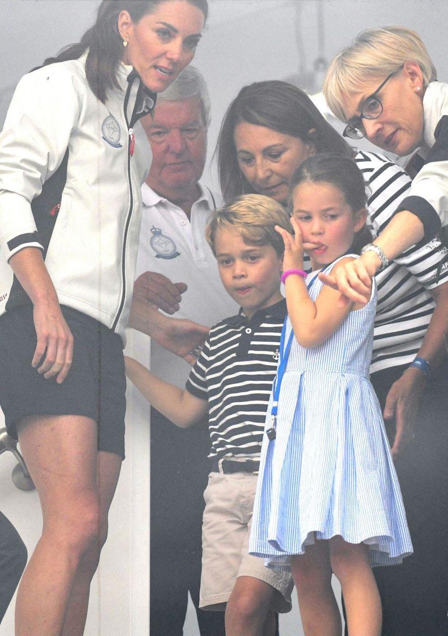 Kate Middleton avec ses enfants George et Charlotte et sa mère Carole Middleton à Cowes le 8 août 2019