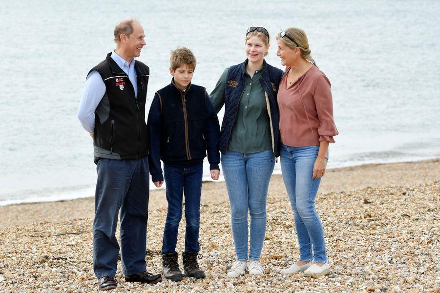 Le prince Edward et la duchesse Sophie de Wessex avec leurs enfants Louise et James à Southsea, le 18 septembre 2020