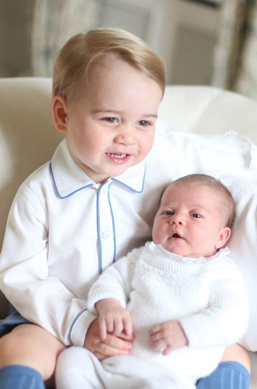 Le prince George et la princesse Charlotte de Cambridge, le fils aîné et la fille du prince William et de Kate Middleton. Photo diffusée le 6 juin 2015