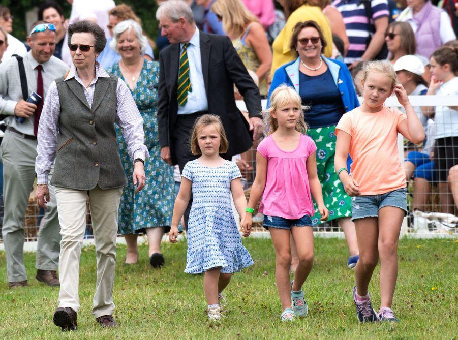 La princesse Anne et les trois plus grandes de ses quatre petites-filles Mia Tindall, Isla et Savannah Phillips, le 3 août 2019