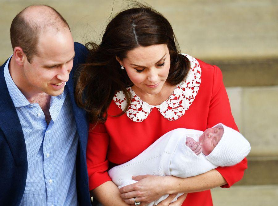 Le prince Louis de Cambridge, deuxième fils et troisième enfant de Kate Middleton et du prince William, avec ceux-ci, le 23 avril 2018