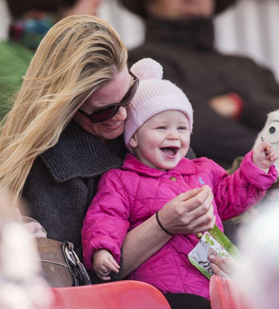 Isla Phillips, deuxième fille de Peter Phillips et Autumn Kelly, avec celle-ci, le 4 mai 2013