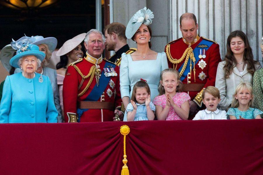 La princesse Charlotte de Cambridge, Savannah Phillips, le prince George de Cambridge et Isla Phillips au balcon de Buckingham Palace avec la reine Elizabeth II, le 9 juin 2018