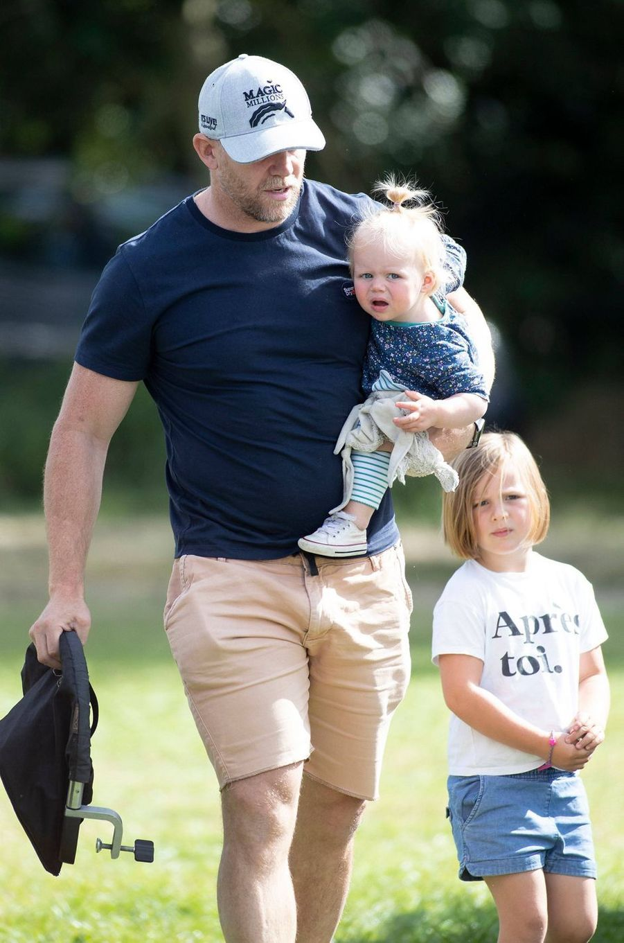 Lena et Mia Phillips, les deux filles de Zara Phillips et Mike Tindall, avec celui-ci, le 15 septembre 2019