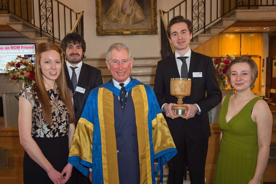 Le prince Charles avec les lauréats des Royal College of Music Honorary Awards à Londres, le 12 mars 2015