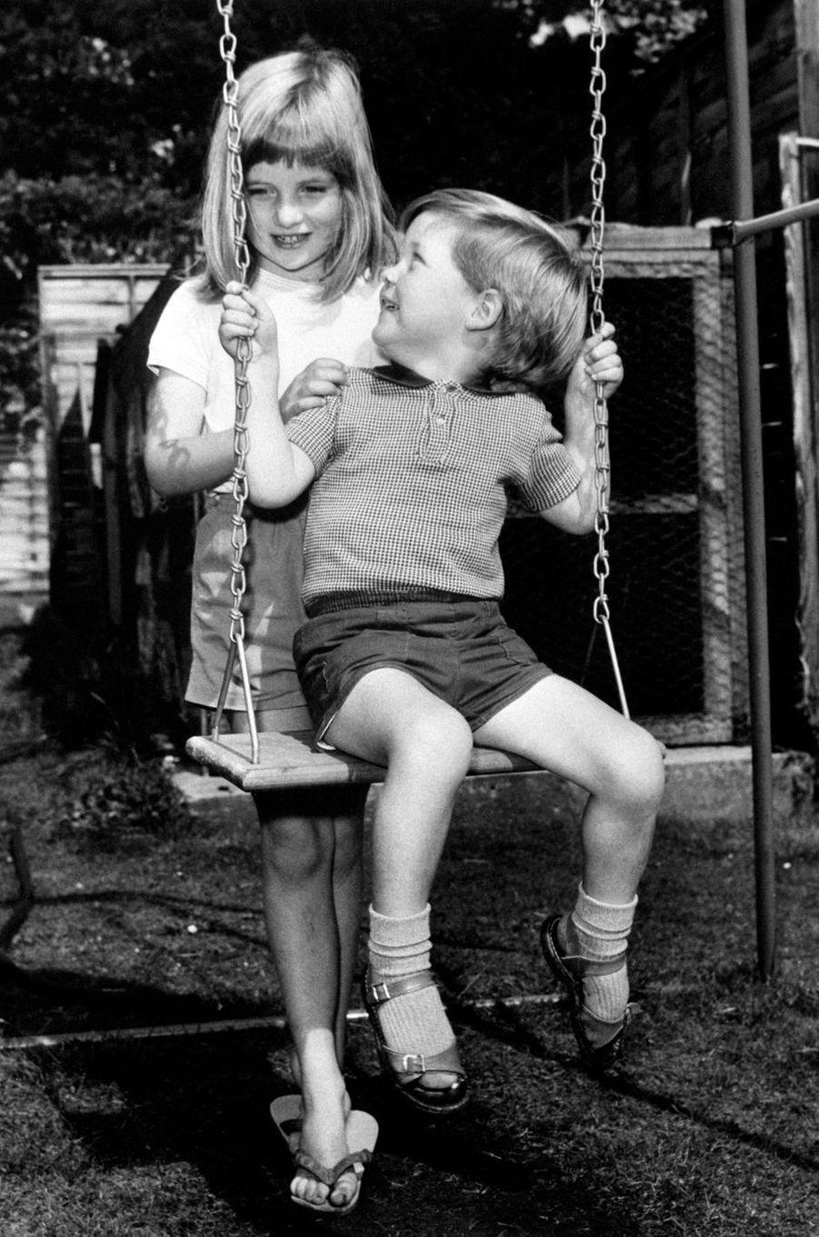 Diana Spencer avec son frère en août 1967