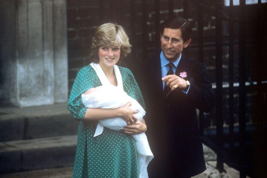 La princesse Diana et le prince Charles devant la maternité, le 22 juin 1982, une semaine après la naissance de William.