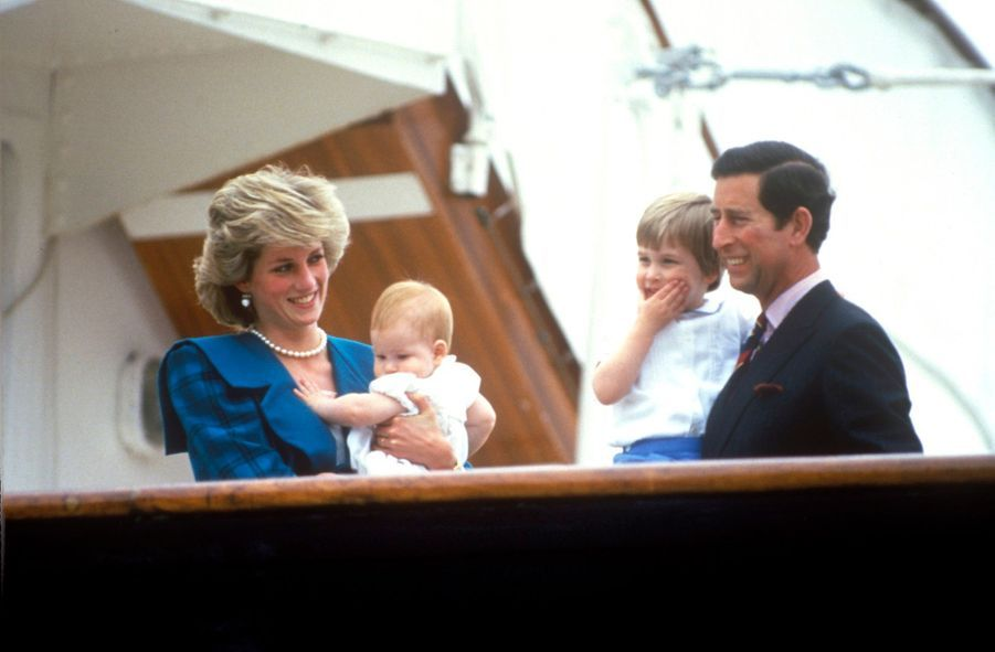 La princesse Diana et le prince Charles, avec leurs fils William et Harry, àVenise en Italie, le 5 mai 1985.