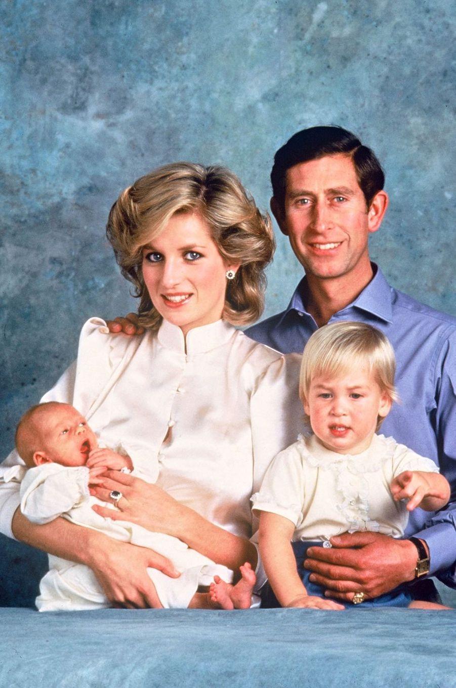 Lady Diana avec le prince Charles et leurs fils les princes William et Harry le 1er octobre 1984