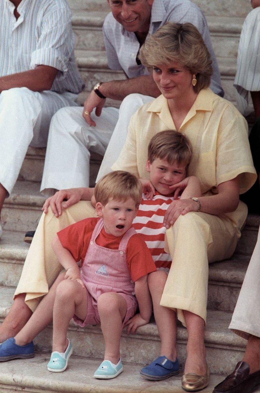 Lady Diana avec ses fils les princes William et Harry le 9 août 1988