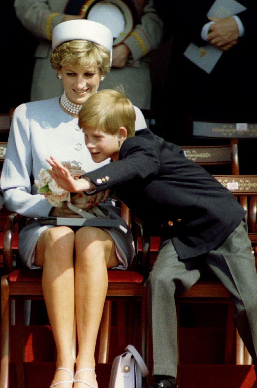 Lady Diana avec le prince Harry le 7 mai 1995