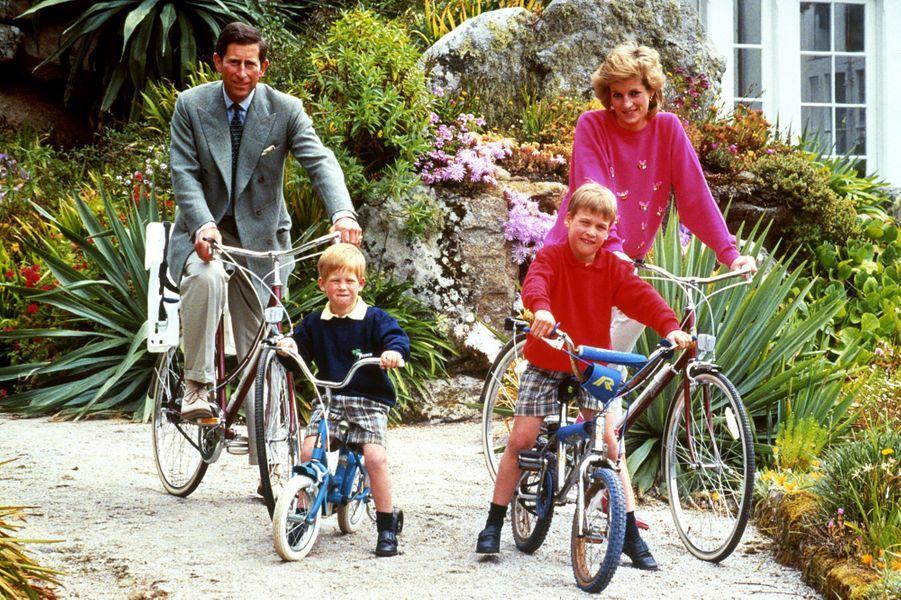 Lady Diana avec le prince Charles et leurs fils les princes William et Harry le 1er juin 1989