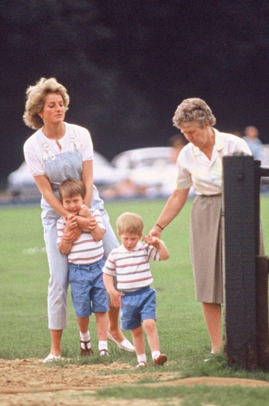 Lady Diana avec ses fils les princes William et Harry le 2 juillet 1987