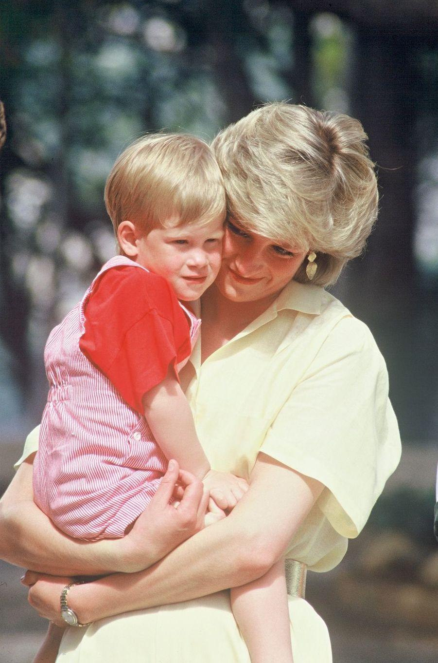 Lady Diana avec le prince Harry le 8 août 1987