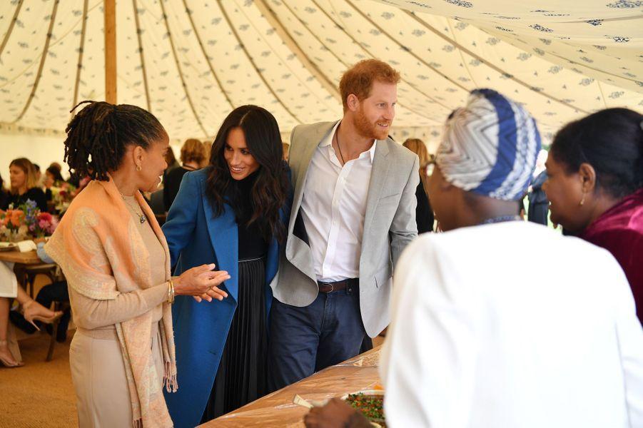 DoriaRagland, la mère de Meghan Markle, l'épouse du prince Harry, a accompagné le couple princier jeudi quand ce dernier rencontrait les survivants de la tragédie de la Tour Grenfell pour le lancement d'un livre de recettes auquel a participé la Duchesse.