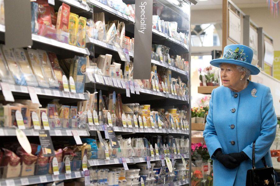 La reine Elizabeth II dans le supermarché Waitrose de Poundbury, le 27 octobre 2016