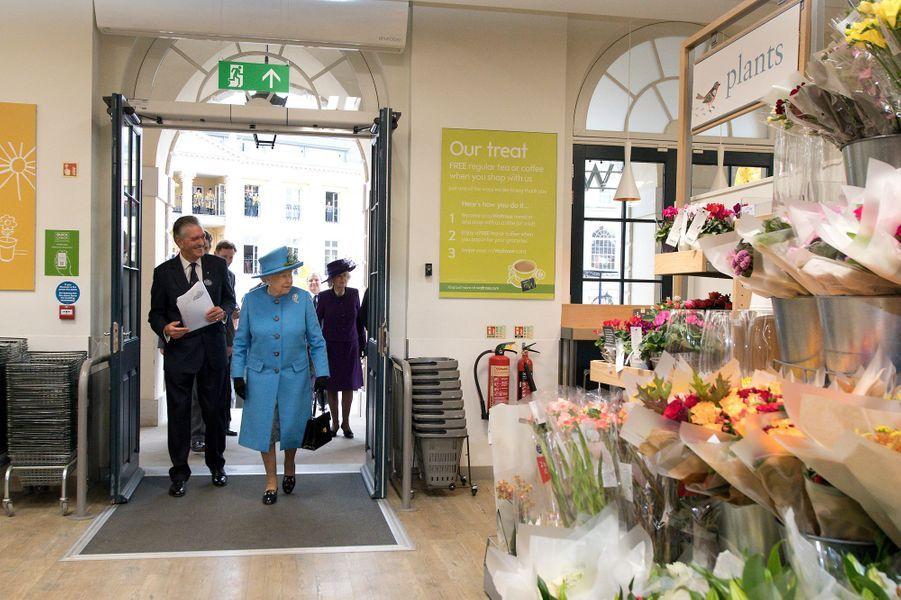 La reine Elizabeth II et la duchesse de Cornouailles Camilla à Poundbury, le 27 octobre 2016