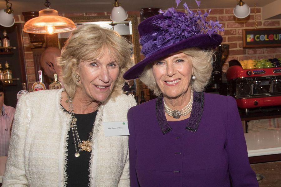La duchesse de Cornouailles Camilla et sa soeur Annabel Elliot dans le pub de Poundbury, le 27 octobre 2016
